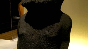 """Easter Island ancestral figure Moai Hava, installed in the """"Oceania"""" exhibition at the Royal Academy of Arts, on loan from the British Museum (foto Javier Pes)"""