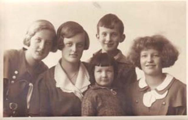 Het gezin Marggraff kort voor de 2e Wereldoorlog, v.l.n.r. Louise, Wally, Tedje, Ewald en Corrie