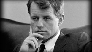 """Robert F. """"Bobby"""" Kennedy (1925–1968), commonly known by his initials RFK (foto LBJ Library/Yoichi R. Okamoto/Wikimedia Commons)"""