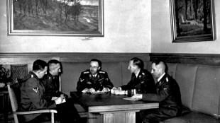 Bespreking Heinrich Himmler, v.l.n.r. Heinrich Mueller, vader van Robert Mueller, Reinhard Heydrich, Arthur Nebe & Franz Josef Huber (foto Bundesarchiv)