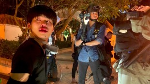 Teens arrested by Hong Kong riot police during Hong Kong protests (foto YouTube)