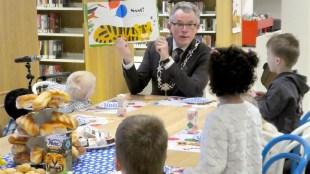 Voormalig burgemeester van Den Helder Koen Schuiling leest voor uit Ssst! De tijger slaapt (foto Facebook)