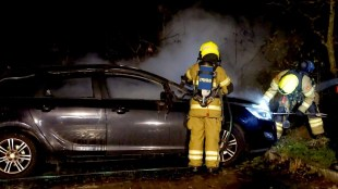 Aan de Jan Verfailleweg in Den Helder is woensdagavond een auto volledig uitgebrand (foto GLOCALmedia)