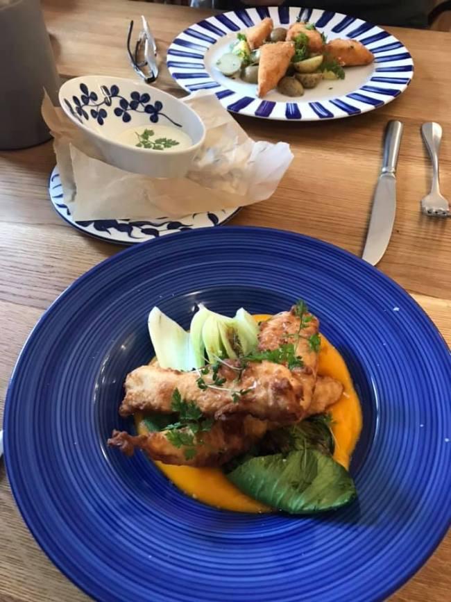 Eten met verse zoetwatervis tijdens bezoek wijnkasteel (foto Facebook)