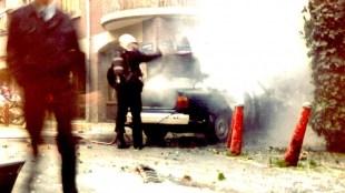 Het nablussen van de geëxplodeerde BMW van Scholte in de Laurierstraat (foto ANP)