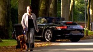 Mike V. loopt naar huis terwijl Linda de Mol thuis komt (foto Slotvan)