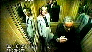 Diana & Dodi, in the elevator Ritz Paris, short before the crash, 30-8-1997. (foto YouTube)jpg