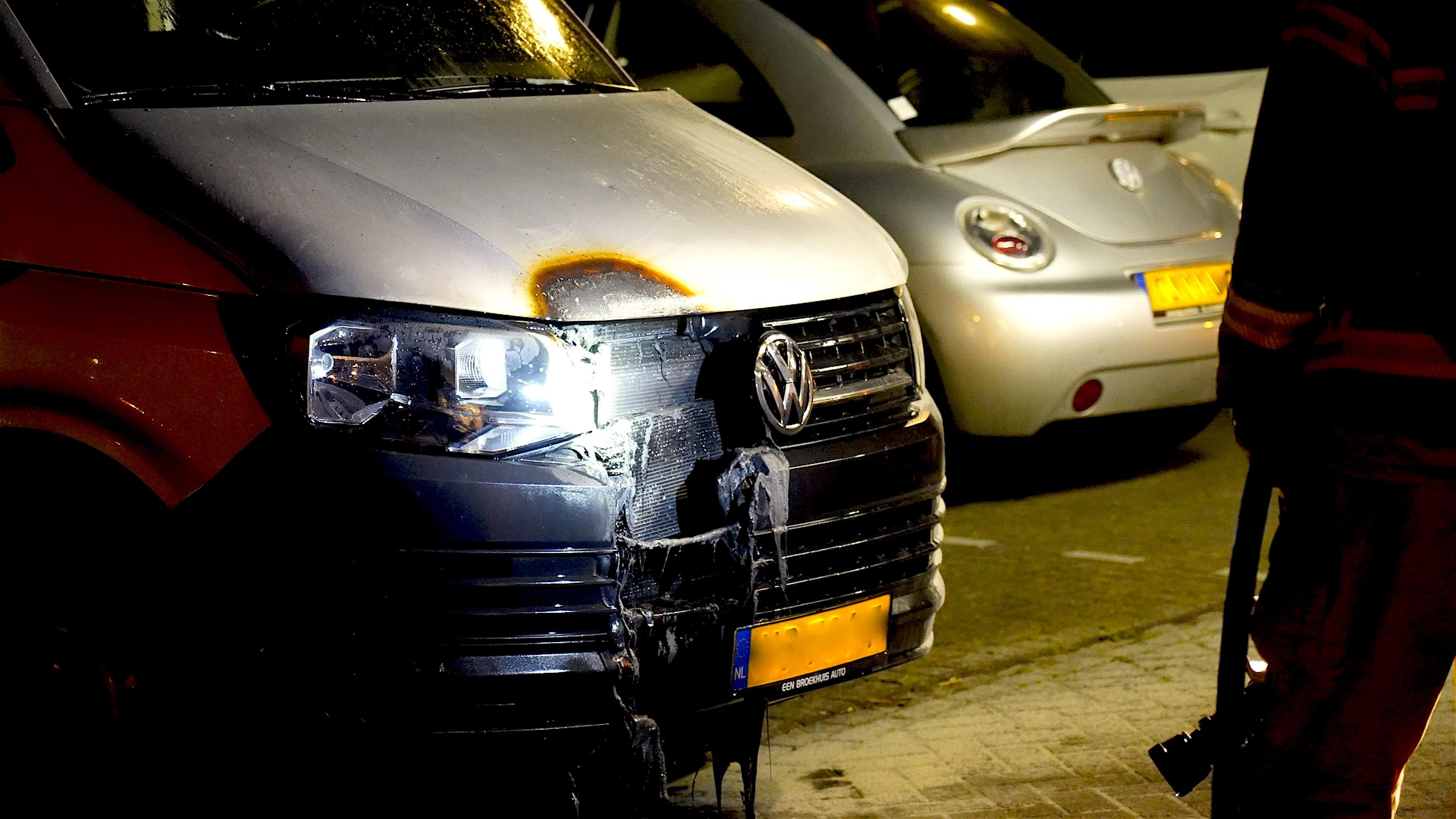 Autobrand in de Korvetstraat te Den Helder (foto DHA)