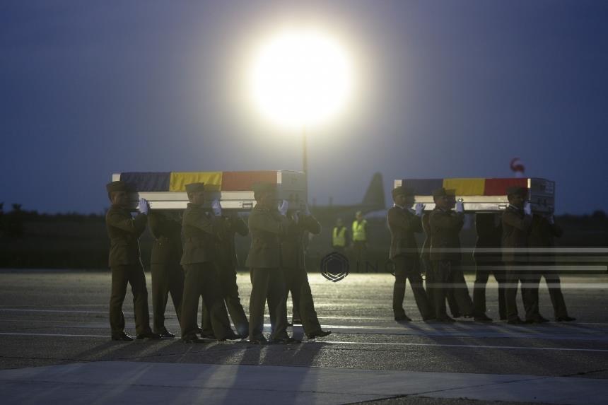 """Soldați români care au luptat în Afganistan îi dau replica senatorului """"tâmpit"""". """"Stiti ce se afla in acele cufere metalice care s-au intors din Afganistan? Nu sunt spagi sau comisioane care circula in cercurile dumneavoastra, sunt trupuri de militari care au plecat in Afg pe o diurna egala cu 40% din diurna unui politician"""""""