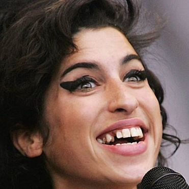 http://i1.wp.com/rosasacidas.files.wordpress.com/2007/08/teeth-amy-winehouse-400a071807.jpg?resize=371%2C371