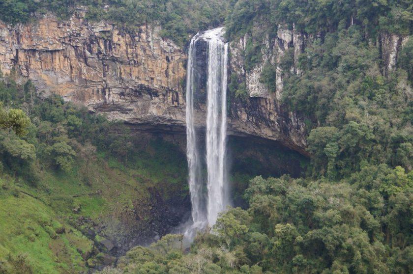Exuberante vista da cascata, a partir da estação inferior