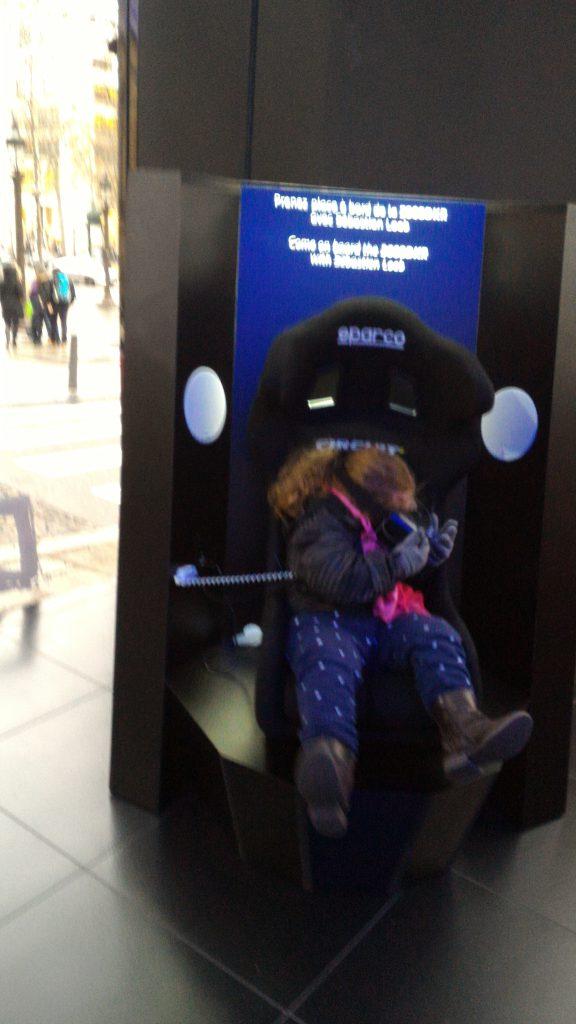 Isabel se divertindo com a realidade virtual