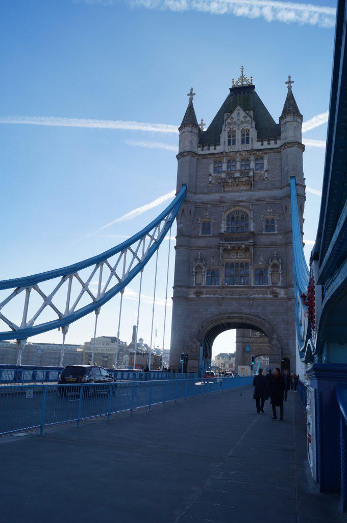 Tota em estrutura metálica, possui revestimento em pedra para harmonizar com a Torre de Londres