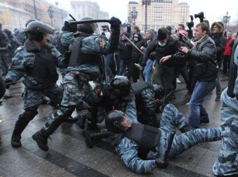 Российский ОМОН избивает протестующих   Фото: РИАН