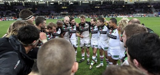 Harlequins-prepare-before-a-rugby-game-with-a-team-talk-on-the-pitch
