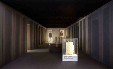 Die Rekonstruktion zeigt den Blick in das Innere eines Heiligtums. Die Kalksteintafel im Vordergrund zeigt eine Göttin. Objekt des Deutschen Archäologischen Instituts, Orient Abteilung Foto: Herr Gerharz