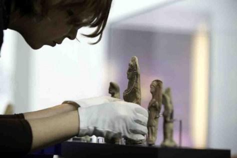 Fachkundig legt diese Restauratorin letzte Hand an eine Reihe von Terrakotten. Foto: Herr Gerharz