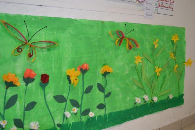 Les élèves de CP réalisent une fresque printanière