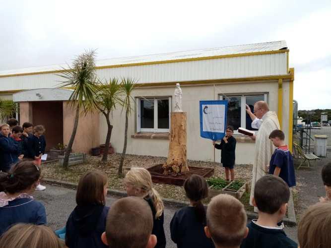 Bénédiction de la statue de l'école : ND de la Sagesse