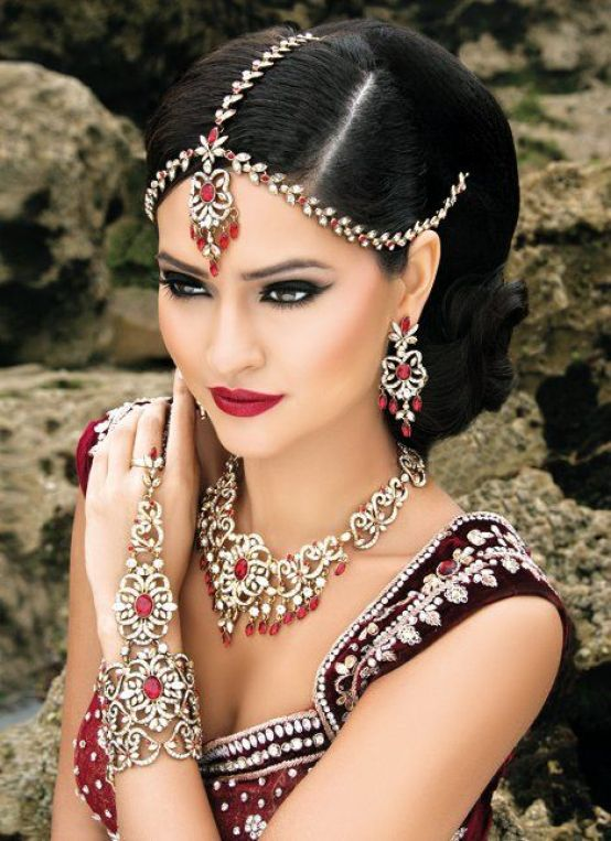 In love with this Indian Bridal Makeup Look! The perfect lashes for this bride would be ESQIDO Voila Lashes here! It will provide her with full and soft looking lashes to compliment the smokey eye makeup look. #bridal #makeup #bride #wedding: