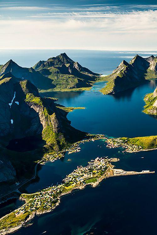 Lofoten Islands, Norway. Watch > http://destinations-for-travelers.blogspot.com.br/2013/06/reine-nas-ilhas-lofoten-reino-da-noruega.html:
