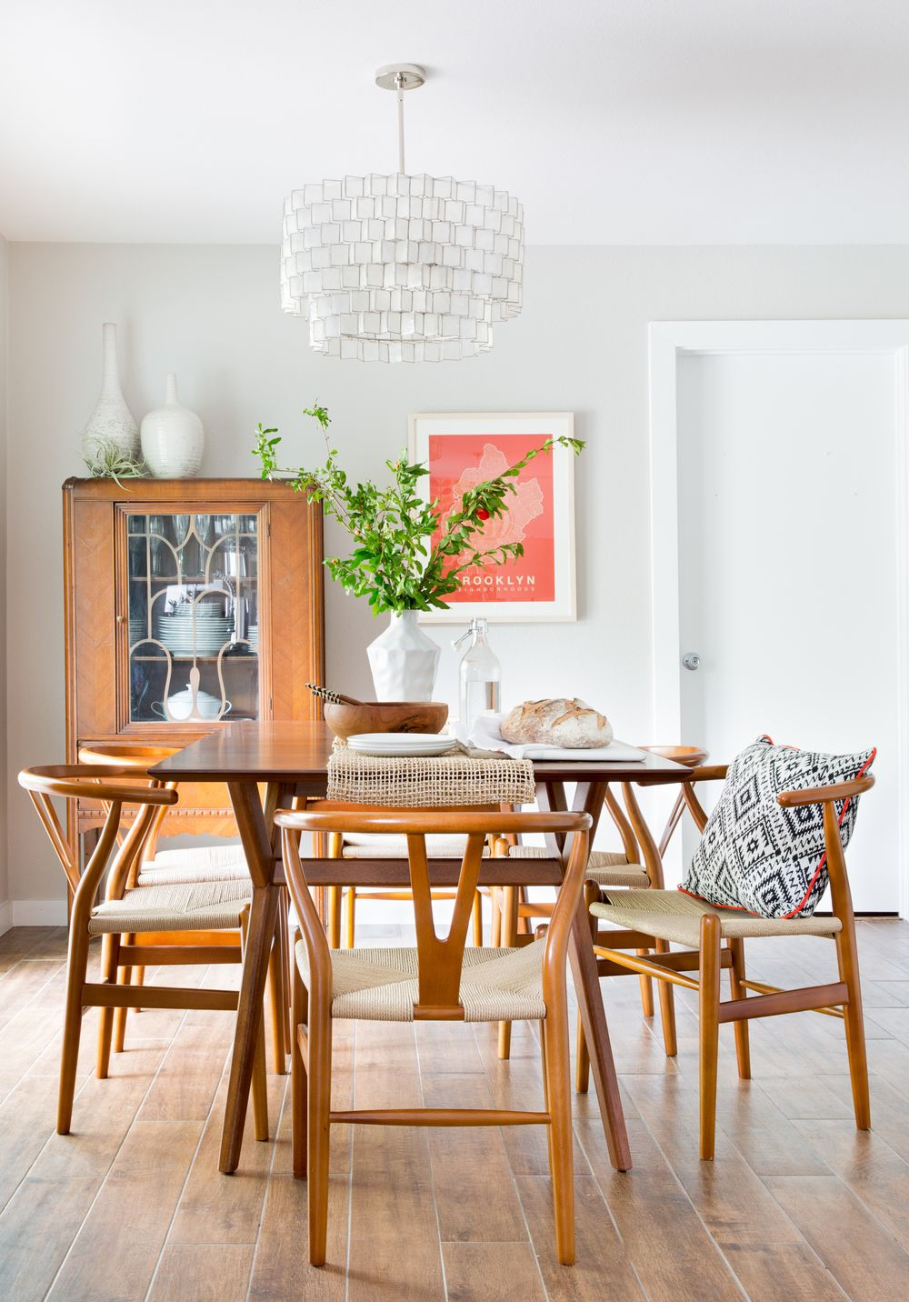 mid century kitchen chairs Mid century modern dining room with a wood dining table diningroominspiration homedecor interiordesign COLLAB Home Decor Inspiration Pinterest