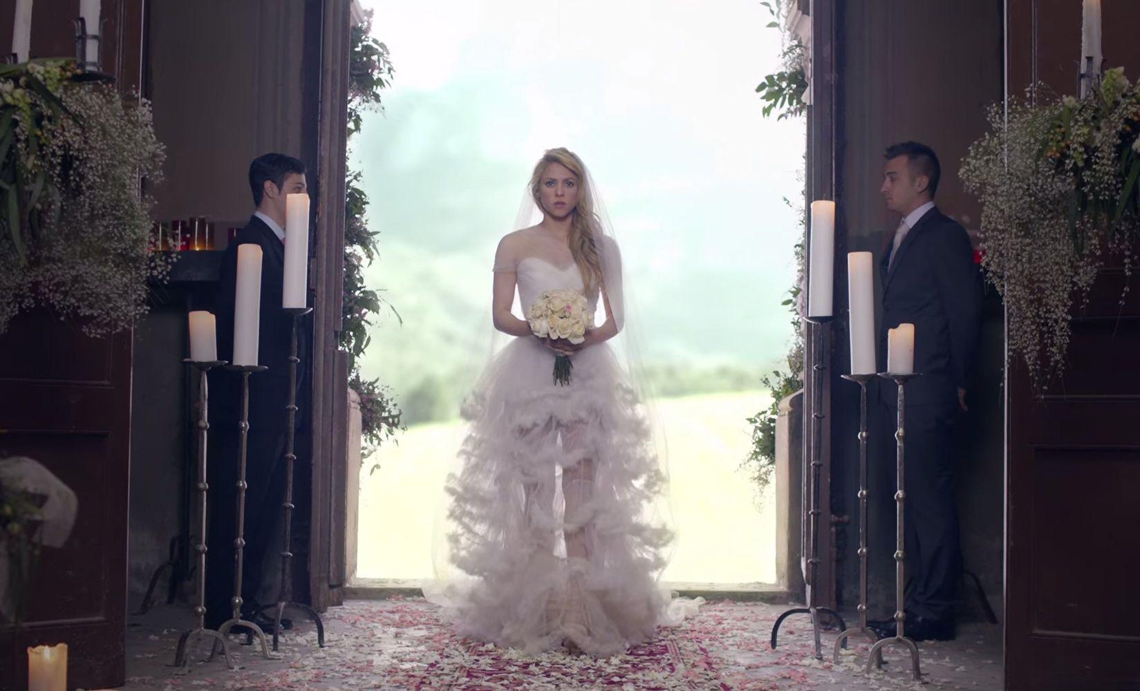 empire wedding dresses Shakira s wedding dress in Empire video