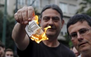 Διαδηλωτές έκαψαν 5ευρα έξω από τα γραφεία της Ε.Ε.