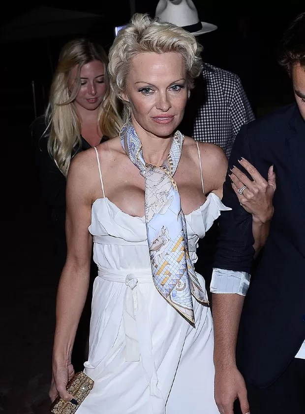 Decote trai Pamela Anderson e mostra demais em Cannes