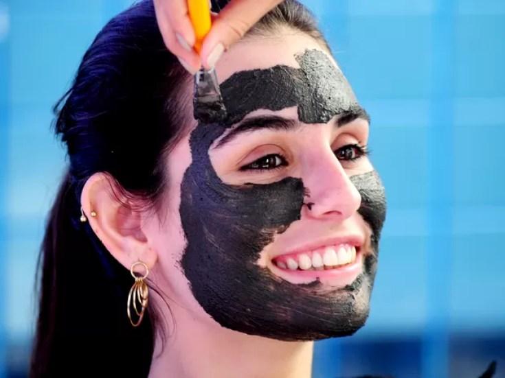 Lama Negra de Peruíbe é aplicada em jovem (Foto: Marcos Antonio da Costa / Prefeitura de Peruíbe)
