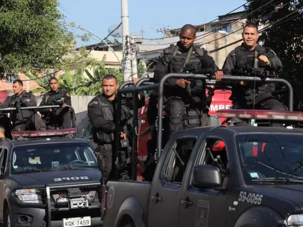 Policiais chegam ao condomínio invadido em Guadalupe (Foto: JOSE LUCENA/FUTURA PRESS/FUTURA PRESS/ESTADÃO CONTEÚDO)