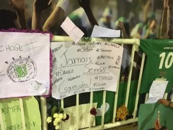 Torcedores fazem mural de mensagens em homenagens aos jogadores da Chapecoense (Foto: Amanda Kestelman)