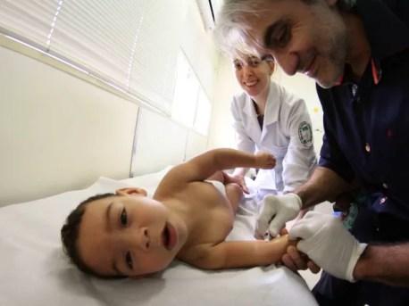 Joanderson Belo, bebê com microcefalia, é preparado para receber a aplicação de botox nos músculos (Foto: Marlon Costa/Pernambuco Press)
