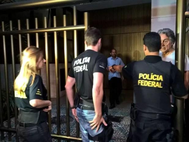 Agentes da Polícia Federal chegaram ao prédio do ex-governador por volta das 6h (Foto: Carlos Brito / G1)