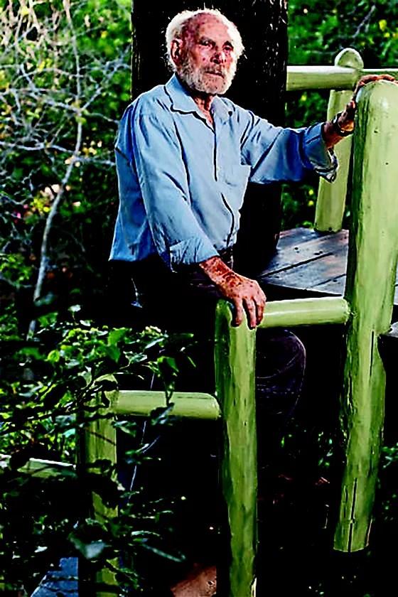 SUBLIME Frans Krajcberg em sua casa, na Bahia. O artista que falava pela madeirao ensino superior está no centro do debate polít (Foto: Eduardo Knapp/Folhapress)