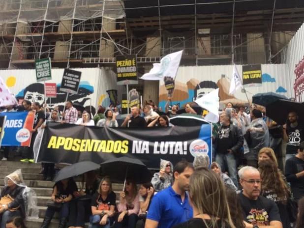 Aposentados protestam contra pacote de austeridade do governo Pezão (Foto: Patrícia Teixeira/G1)