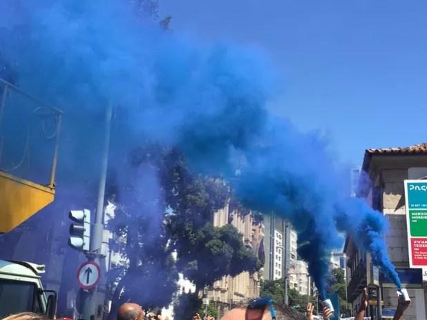 Fumaça azul fez parte do protesto dos servidores da segurança pública na escadaria da Alerj nesta terça (8) (Foto: Fernanda Rouvenat/ G1)