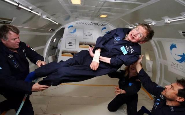 Hawking experimenta zero gravidade durante um voo sobre o Oceano Atlântico. 'Foi incrível... eu poderia ter ido e continuar', disse na ocasião (Foto: Zero G / AFP Photo)