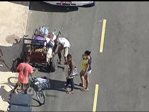 Moradores levam pertences por via da comunidade da Maré durante reintegração de posse (Foto: Reprodução/ TV Globo)