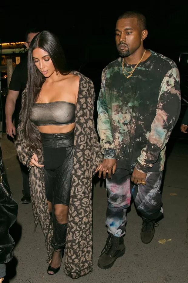 Kim Kardashian aposta em mini top metálico transparente e mostra demais