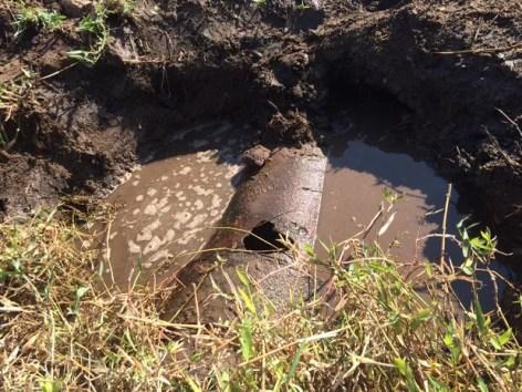 Técnicos encontraram buraco na tubulção nesta terça-feira (27), na Zona Rural de Bom Jardim (Foto: Divulgação/Compesa)