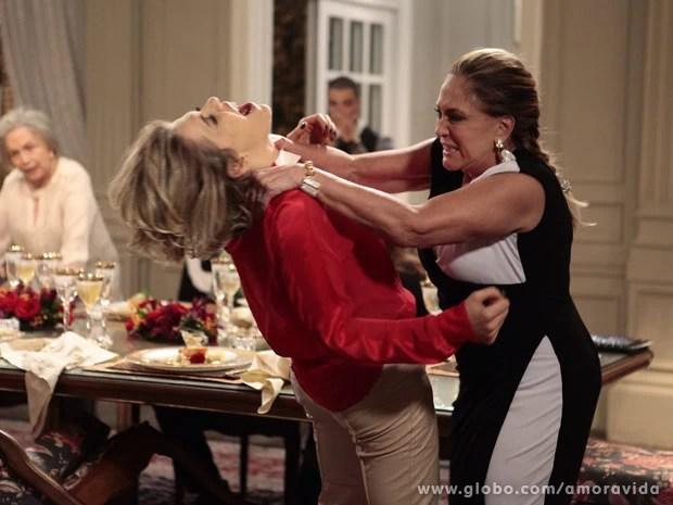 Amor à Vida : Pilar dá surra em Edith ao saber que Jonathan é filho de César