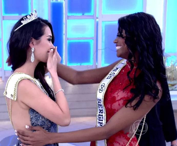 Modelo que perdeu título de Miss Mundo Brasil entrega coroa à vice