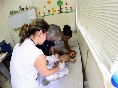 Aplicação tem o objetivo de minimizar a rigidez dos músculos dos bebês e diminuir o uso de medicamentos para combater espasmos (Foto: Marlon Costa/Pernambuco Press)
