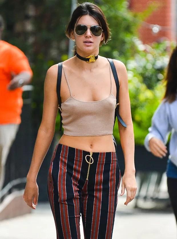 De blusinha, Kendall Jenner chama atenção ao abrir mão do sutiã novamente
