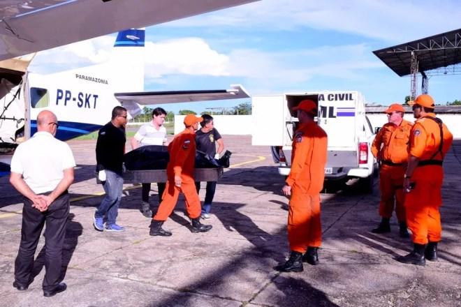 Corpo do piloto Alcides Rodrigues Pereira chegou de avião em Boa Vista na tarde de sábado (17) e levado para o IML (Foto: Divulgação/Secom)