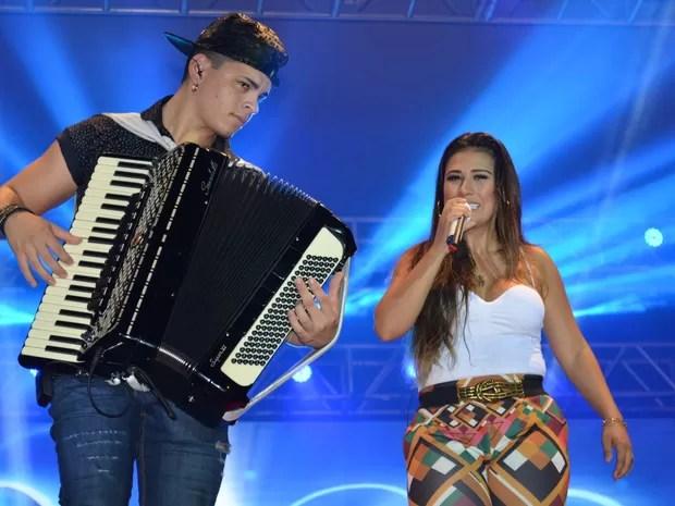 Simone canta ao lado de sanfoneiro da banda, em Porto Velho (Foto: Jonatas Boni/ G1)