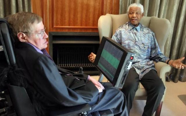 Encontro de Nelson Mandela e Stephen Hawking em Johanesburgo, em 2008 (Foto: Denis Farrell / AFP Photo)