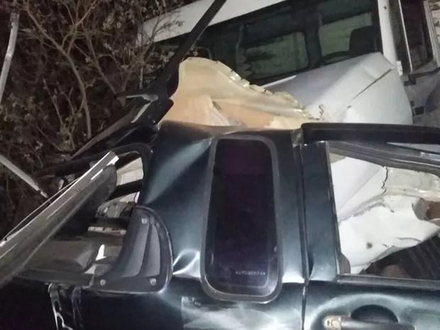 Motorista morre após ficar preso nas ferragens em acidente na BR-407