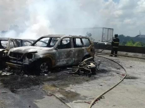 Carros após colisão envolvendo diversos veículos na BR-232, em Jaboatão, neste sábado (1º) (Foto: Divulgação/PRF)